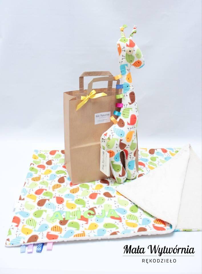 Zestaw kocyk dedykacją dla Alicji i maskotka żyrafa. Wykonane z bawełny w kolorowe ptaki i beżowego pluszu minky.  www.facebook.pl/malawytwornia