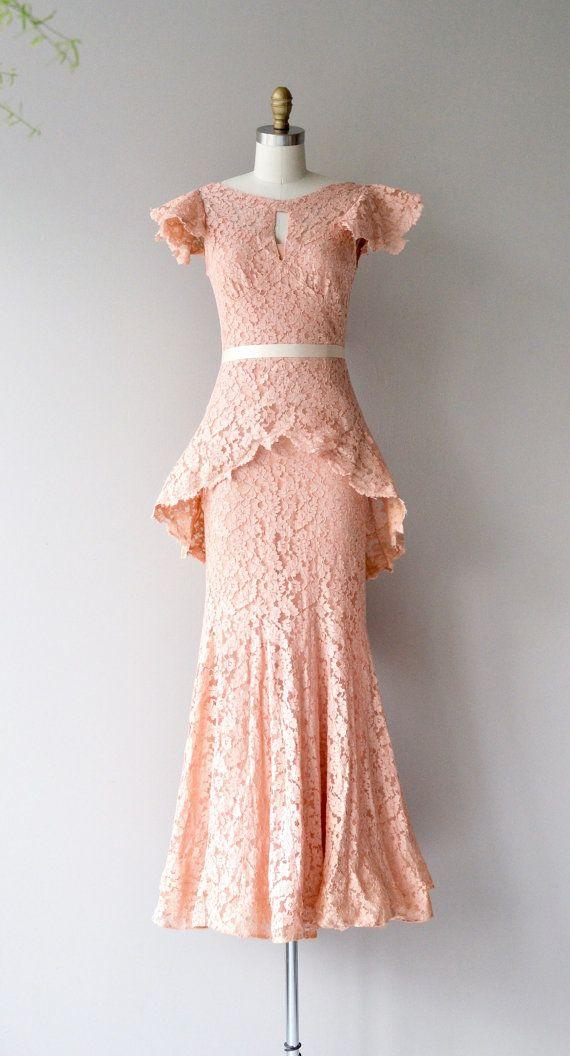 Ziemlich erstaunlich 1930er Jahre rosa Spitze Kleid mit Bias Bau, überbackene angeschnittene Ärmel, breite Ausschnitt mit Schlüsselloch öffnen, verschweißte Büste, dramatische Min/Max-Schößchen, kleine Meerjungfrau Rock Band Gürtel, Koordination von rosa Viskose Schlupf und Metall-Reißverschluss.  ---M E A S O R E M E N T S---  passt wie: Xs/klein Schulter: 14,5 Büste: 32-34 Taille: 27 & jünger Hüfte: bis zu 38 Länge: 57,5 Marke/Hersteller: n/a Zustand: ausgezeichnet  ✩ Layaway ist für…