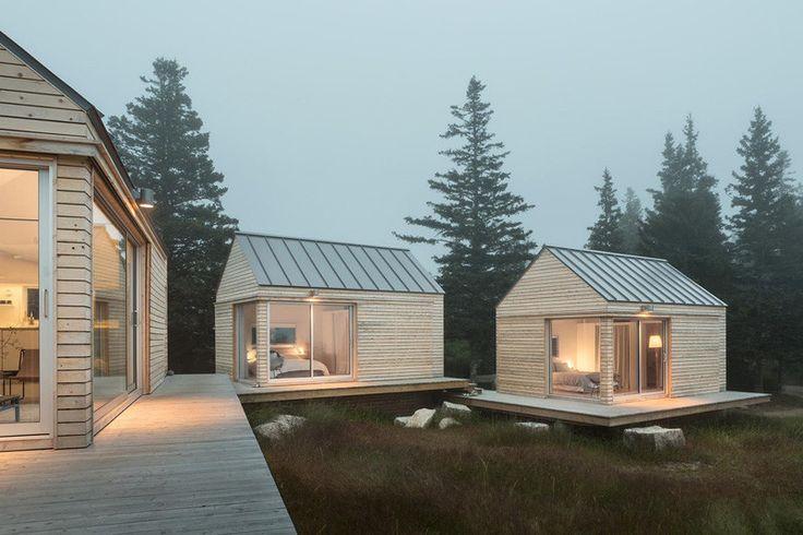 Drei Mikrokabinen, entworfen als Sommergästehäuser, auf einer Insel vor der Küste von Maine