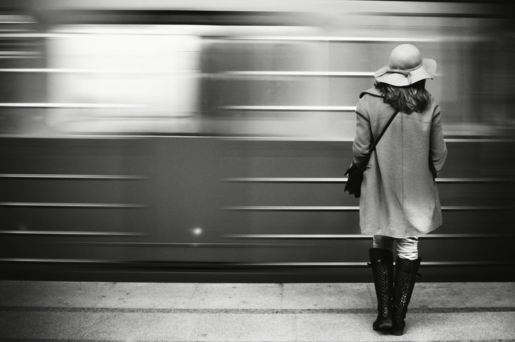 photography in metro metro street photo metropoliten white and black girl lady hat people russia moscow метро метрополитен москва нижний новгород фотограф фотосет фотосессия фотограф в москве центр серия чб черно-белая фотография