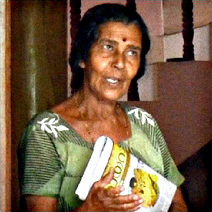"""Una despreciable mujer en la India acabó con la vida de 8 cachorros delante de su madre, porque quería """"enseñarle una lección""""."""