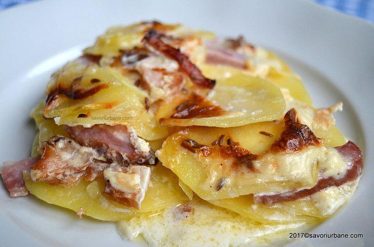 Cartofi norvegieni gratinati cu bacon si smantana. O reteta simpla de cartofi la cuptor cu felii de sunca afumata si un sos grozav de smantana si lapte.