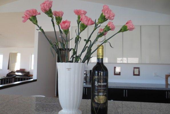 記念日  夫が花とワインを携えて帰宅した。 あっ 今年も例年の如く、すっかり忘れてた〜  でもワインなんか買ってきちゃったから、夕食は何かしなくちゃいけない。。。 (日本酒の方が良かったな〜)  急遽、家の中にある食材で手巻き寿司をすることに。  サプライズもいいけど、結局私がもっと忙しくなる〜  19回目の結婚記念日     スペイン産のワインは値段のわりに品質が良く美味しいらしい。 〜グランドリザーブ〜
