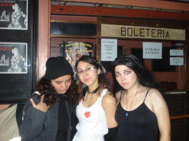 Acá otra foto de mi cosplay pero con Emilie Autumn (Tamy, al medio) y Amy Lee (Marina, a la derecha o izquierda...se me olvidó que lado es cual en el pc pero bue xD) dos excelentes compañeras que tuve por esas épocas.