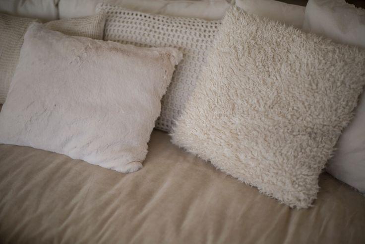 Almohadones piel sintetica y crochet