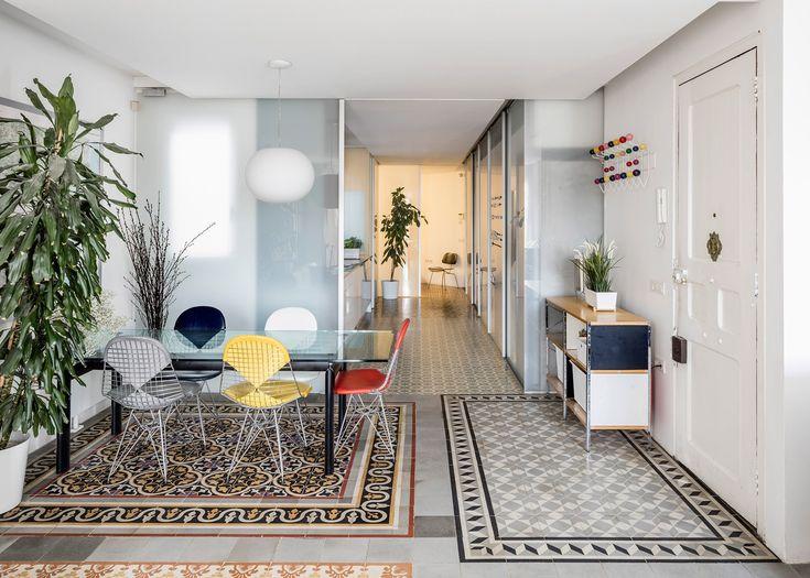 Décidément, le quartier d'Eixample à Barcelone est le nouveau lieu branché de la ville où tous les appartements sont rénovés et modernisés.  Le Studio Narch vient d'achever cette rénovation d'un appartement de 65 m2 où ils ont supprimé la plupart des parois internes afin de créer un espace unique avec une variété de sols de tuiles à motifs, traditionnelles à la ville. Elles ont toutes été enlevées, nettoyées puis replacée, seules celles de la cuisine et de la salle de bains n'étant pas...