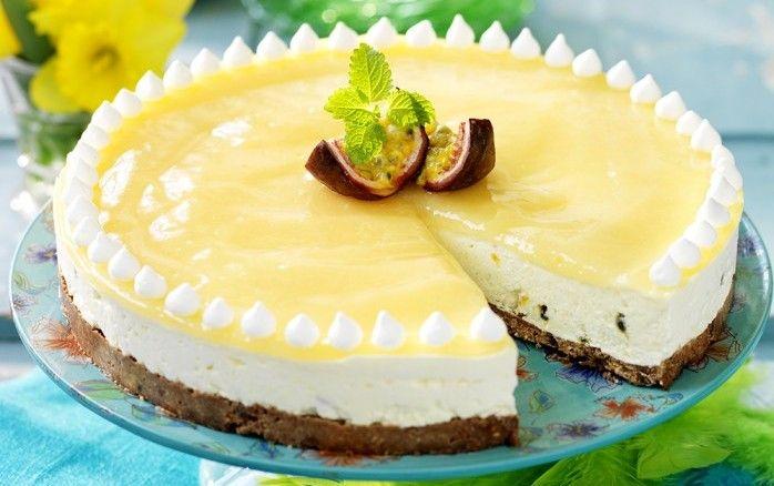Släpp loss fantasin och baka härliga kakor till påsk! Med passionsfrukt dekorerar du din cheesecake extra fint.