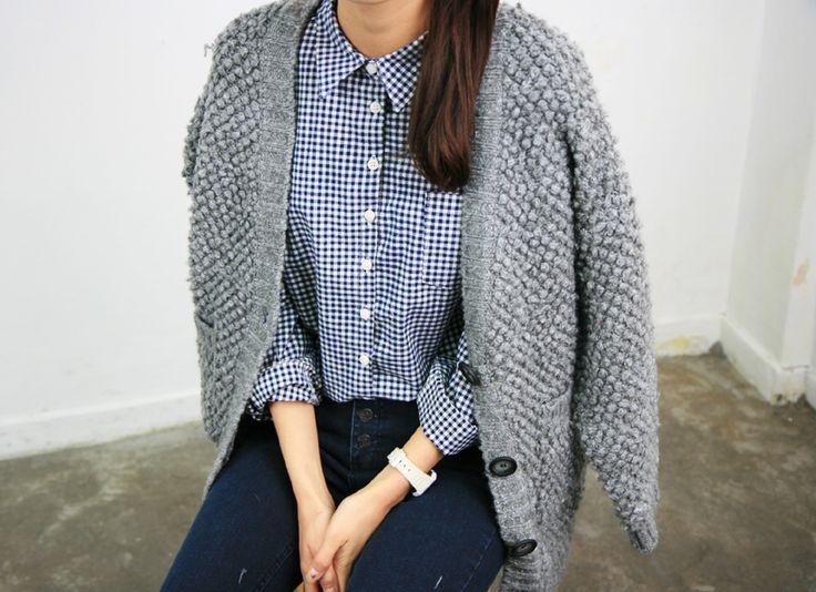 Gros cardigan et chemise à carreaux