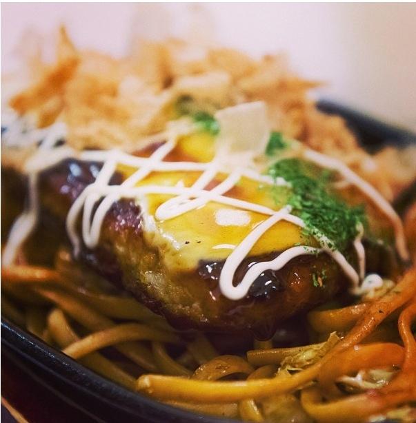 Okonomiyaki de carne con queso mozzarella