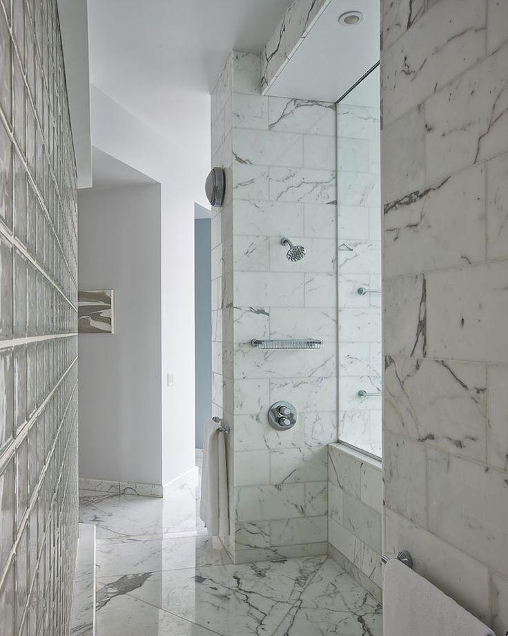 Idée originale pour situer une douche juste en face de la fenêtre à vue imprenable sur la ville