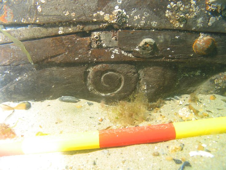 Swash Channel Designated Wreck 8 Un poste tallado del carril en la ruina del siglo XVI-XVII. © Crown copyright, foto tomada por Wessex Archaeology