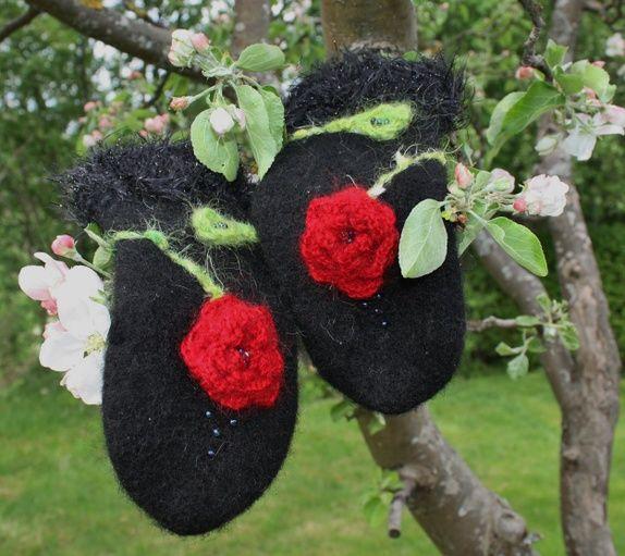 Eplabiter -  Black handknitted mittens with red roses Røde roser! http://epla.no/shops/vottson/