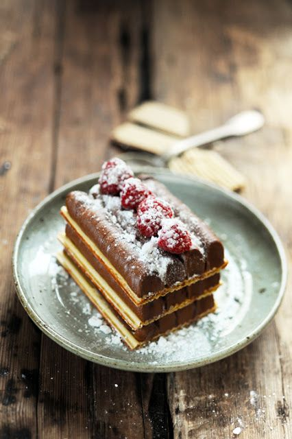 Dorian cuisine.com Mais pourquoi est-ce que je vous raconte ça... : Petit plaisir déraisonnable... Mille-feuille très framboise et encore plus chocolat !
