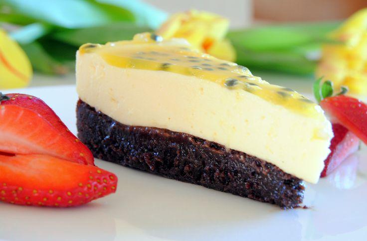 Choklad och passionsfrukt kan vara en av de godaste kombinationerna som finns enligt mig! Här får du receptet på enväldigt god tårta med just de smakerna! Denser kanske lite avancerad ut men den är inte svår att göra.Däremot är det några olika moment där det behövs baka och svalna innan man kan gå vidare, så börja i god tid.   Recept Kladdkaksbotten 200 g smör 150 g mörk choklad 1,5 dl strösocker 3 dl vetemjöl 3 msk kakao 2 tsk vaniljsocker 3 ägg Blanda vetemjöl, socker och vaniljsocker…