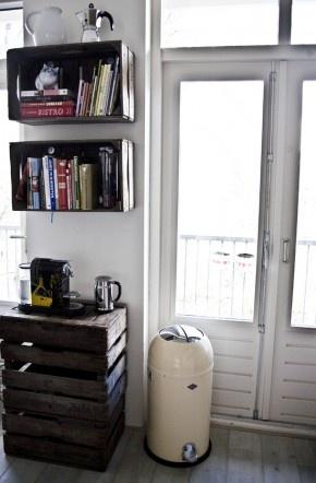 Boekenplank en koffiecorner. Gemaakt van houten kratjes.