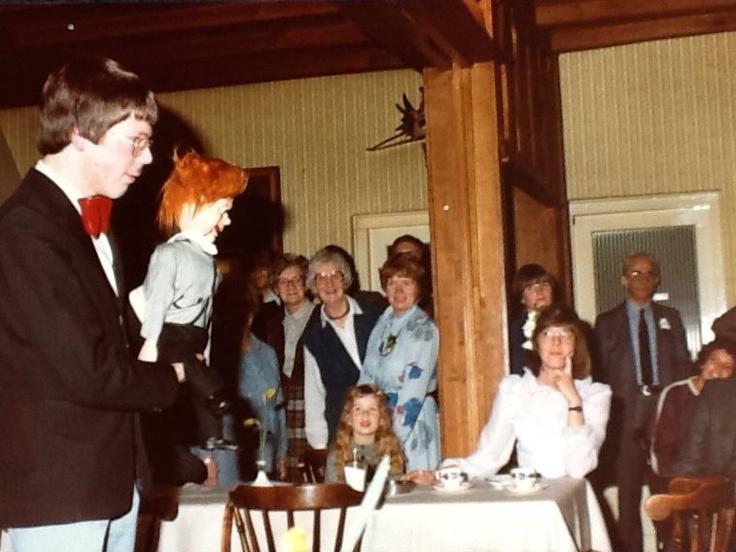 Aarnoud Agricola vertoont in de jaren 70 een act met zijn eerste buikspreekpop op een bruiloft in Apeldoorn.