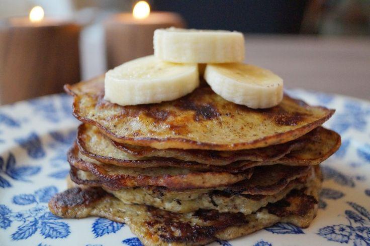 Bananpandekager uden mel og sukker. Lækre low carb pandekager. De indeholder blot tre ingredienser og kan anvendes både som morgenmad eller dessert.