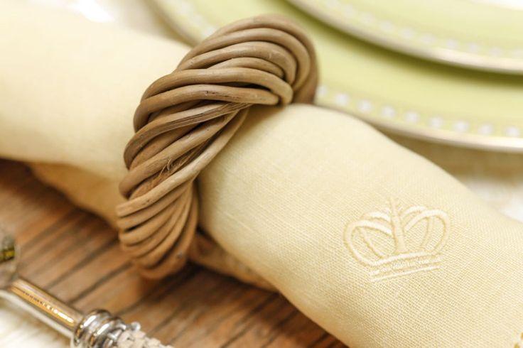 Talheres parati, descansos de talheres em bambu e prata, guardanapos em linho amarelos, tom presente em todos os pratos, e porta-guardanapos em junco natural trançado complementaram a mesa.