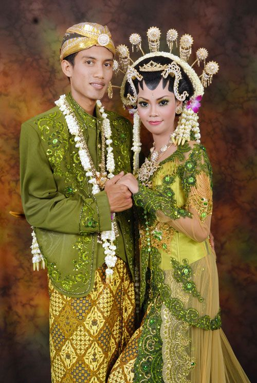 javanese wedding, green kebaya and jarik, sanggul, make up.