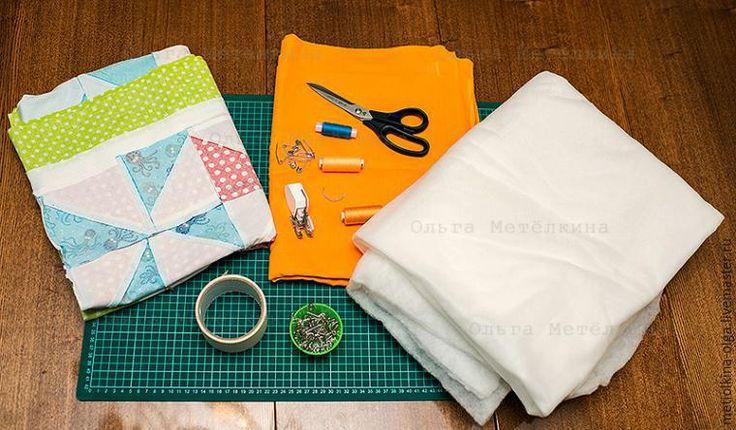 В прошлом мастер-классе мы сшили лоскутный верх нашего одеялка. Теперь предстоит соединить его с изнанкой и утеплителем. Нам понадобятся: Лоскутный верх. Утеплитель. Размер его должен быть хотя бы на 3 см больше лоскутного верха с каждой стороны. Какой выбирать лучше –на ваш вкус. Можно прошить с синтепоном различной толщины, можно выбрать хлопок или шерсть, можно использовать даже флис.
