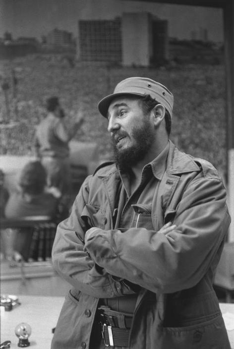 Henri Cartier-Bresson - Cuba, 1963 -. La Habana. Privada entrevista concedida por Fidel CASTRO en su oficina en el Palacio presidencial.