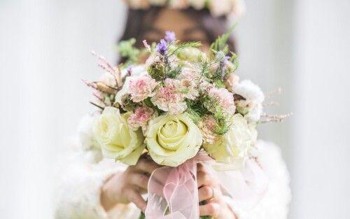 Ramo de novia hecho con rosas, clavelines, escabiosa, lavanda y flor de algodón como elemento sorpresa.