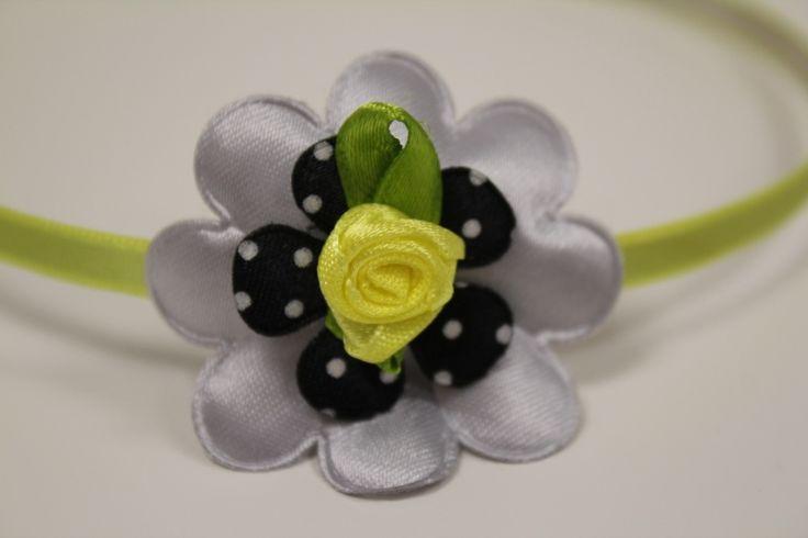 Metalen haarband geel met bloem en roosje  gezien op www.pippikokel.nl