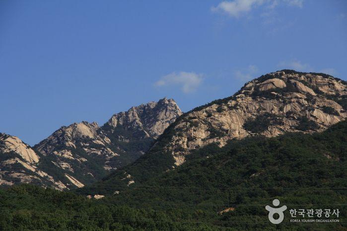 Bukhansan National Park (북한산국립공원) Seoul/Gyeonggido's Korea100 Category : Nature, Natural Attractions, A national park Tour Information :  Introduction Bukhansan Mountain was officially designated as a national park in 1983. The Bukhansan National Park covers both Bukhansan and Dobongsa..
