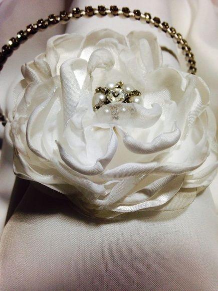 Tiara+de+strass+envolta+com+roletê+branco,+e+flor+de+cetim+decorada+com+miolo+de+strass+e+pérolas.++Também+no+dourado+e+flor+off+whitte.++Flor+de+10+cm. R$ 110,00
