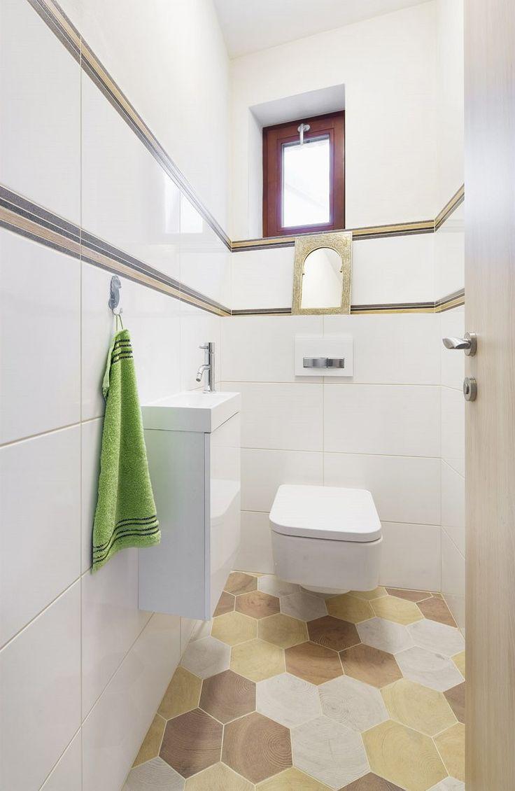 Malé zrcadlo v kovovém rámu na toaletě připomíná africkou Marakéš.
