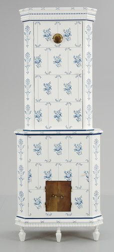 A 20th century cupboard in the shape of a tilestove. Height 248, length 95, depth 49 cm.. - Bukowskis Christmas Auction, Stockholm S195 – Bukowskis