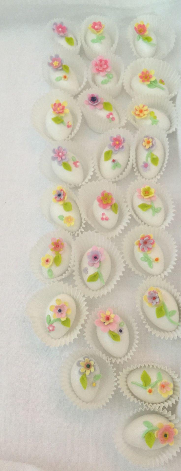 Almendras decoradas con flores en azúcar
