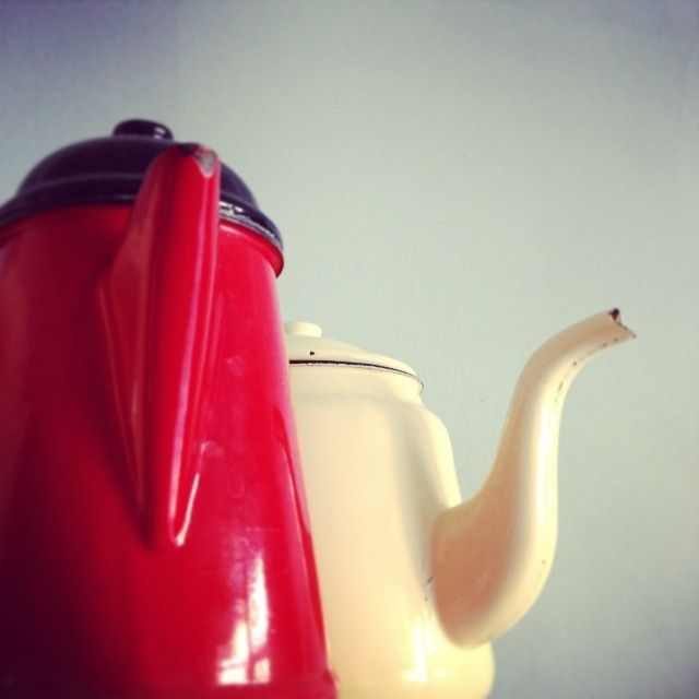 #two #buddies #pot #detail #red #ecru #emalia