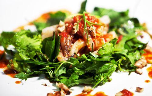 새콤달콤한 오징어 무침과 홍초 채소 샐러드