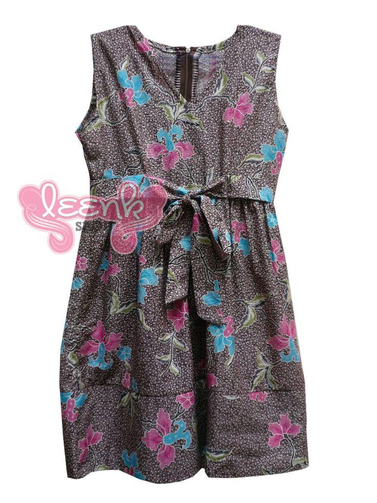 Dress batik juga bisa dijadikan seragam batik pesta untuk acara ulang tahun teman atau menghadiri pesta pernikahan.