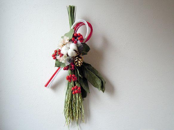 紅白のコントラストが美しいお正月飾りです。 スッと真っ直ぐに伸びた清らかな稲穂に フワフワのコットンや真っ赤なサンキライ、松ぼっくりをあしらいました。 玄関だ...|ハンドメイド、手作り、手仕事品の通販・販売・購入ならCreema。