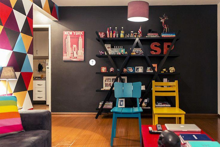 Caio Fernando - Casa Aberta  A estante preta na parede preta ficou muito legal, e dá um contraste interessante com a parede colorida ao lado