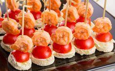 Ingredience: rohlík 1 kus, krevety 8 kusů (vyloupané), olej 1 lžíce, majonéza 2 lžíce (Hellmann's delikátní), rajčátka cherry 8 kusů, salát ledový (najemno nasekaný), česnek 1 stroužek, tymián.