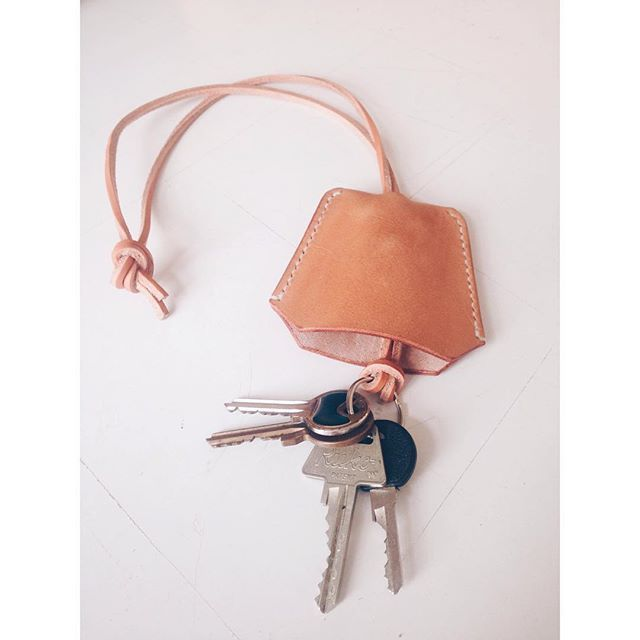 We've been working on this bell key case or clochette for some time and we're finally pleased with the shape and function. It'll come in a couple of different configurations and they'll all protect your valuables from key scratches #clochette #nøgleklokke #keycover #keychain #handsewn #handcrafted #leathercraft #danskdesign #kernelæder #edc #madeindenmark #simontuntelder by afterthedenim