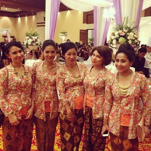 Ladies in Kebaya Kutu Baru. #indonesia #traditional #kebaya #heritage  (at Rafflesia Grand Ballroom)
