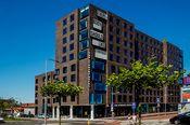 The Student Hotel Groningen  Description: Een deel van de kamers in The Student Hotel Groningen wordt bewoond door studenten en in de overige kamers zijn hotelgasten van harte welkom om het gezellige Groningen te ontdekken. Het hotel biedt een ruim aanbod aan faciliteiten van een restaurant tot een gym gratis WiFi ping-pong tafels en loungeruimtes. Op loopafstand vind je de Grote Markt en de vele winkels in het centrum.  Price: 57.60  Meer informatie  #hotels