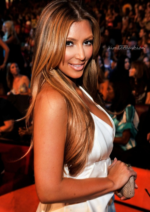 Kim kardashian in honey blonde caramel highlights hair for Caramel blond