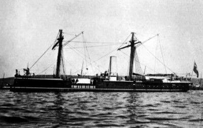 1896. Monitor Huáscar, en poder de chile se nota el pabellón nacional