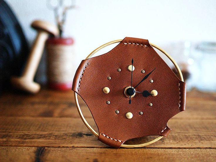 革と真鍮で作った、小さな置時計。 直径12cmくらいと小ぶりでデスクや棚の上にちょこんと置いておけます。 これは昨年の冬に試作したもので我が家で現役試用中。…