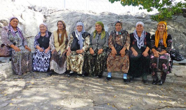 Oetzbeekse familie op heilige plaats in Osh-Kyrgizie  by Roxanne Swan