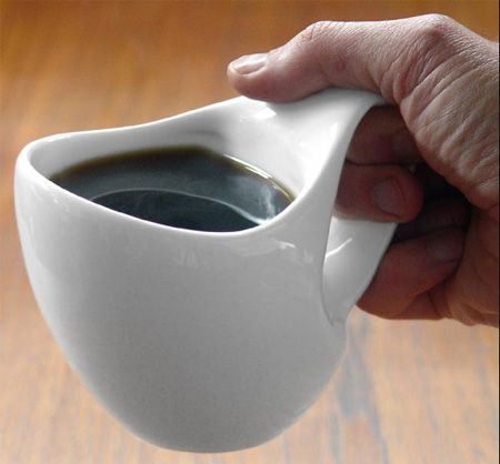 The oval body of this mug brings the center of gravity closer to the hand. The handle and body can be held in several ways, all more comfortable than traditional mugs.