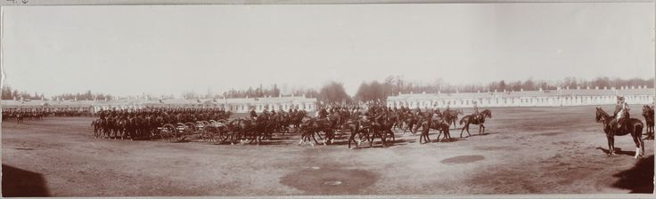 Tsar Nicholas II (Czar Nicolau II) a cavalo (right) em frente a um regimento de officers a cavalo. Em 1911.