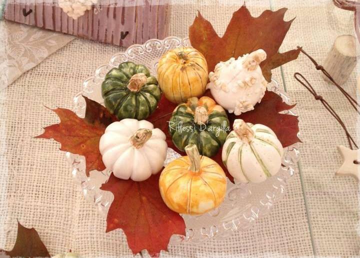 Ceramic Pumpkins Decor -Pumpkin place cards - Segnaposto autunnali. Decorazioni per la casa.Creazioni in ceramica modellate interamente a mano- Bomboniere - Complementi d'arredo - - Oggetti personalizzati - Creazioni artistiche - Pezzi Unici. Ceramic creations Riflessi D'argilla.