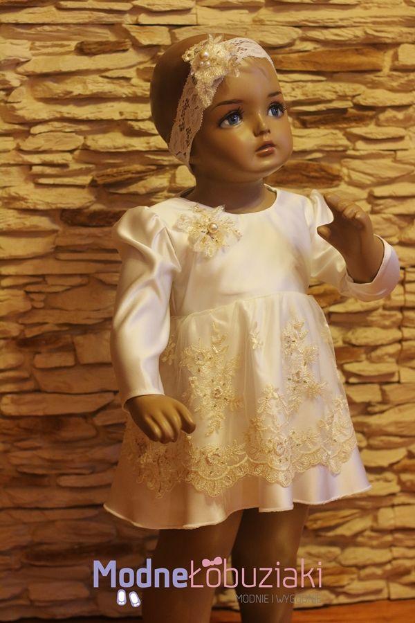 Prześliczna sukieneczka satynowa zdoniona koronką u dołu oraz kwaituszkiem u góry a także żółtymi kamczkami cudownie mieniącymi się w słońcu czy sztucznym oświetleniu.