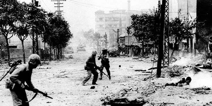 La Guerra di Corea: due soldati statunitensi nella città di Seul.